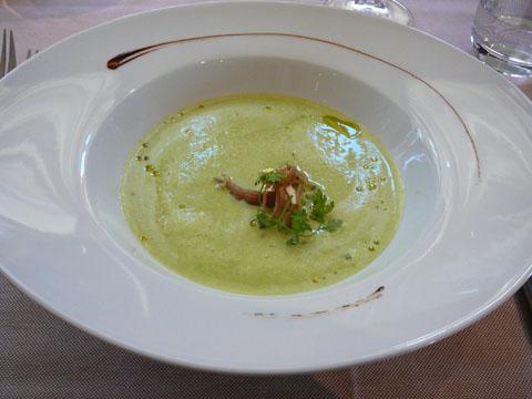 Crème de petit pois frais, effilochée de cuisse de canard confit, huile fruitée au basilic (après)