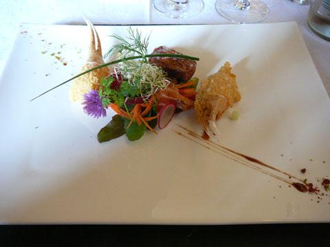 Saumon fumé et mesclun, poitrine de caille snackée, pinces de crabes