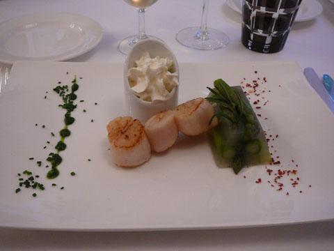 Transparence d'asperges vertes du pays, piquet de Saint-Jacques et espuma au parfum d'oursin