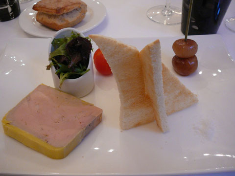 Terrine de foie gras, petits oignons confits au balsamique et quelques feuilles de mesclun
