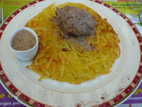 Roesti avec gigolette de lapin farcie maison, sauce à la moutarde en grains et crème