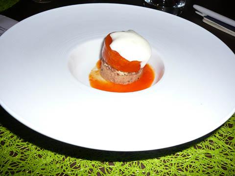 Sur un sablé aux amandes, la tour de tomate jaune au tandoori, confit de Luizet à la vanille et guimauve à l'olive noire