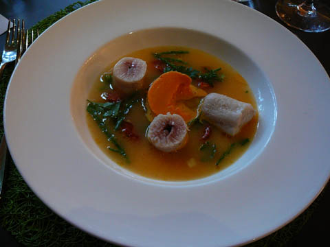 Dans une nage brûlante d'eau de tomates, la ballottine d'omble des Cévennes et bavarois de carotte