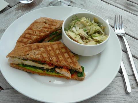 Sandwich au poulet grillé, tapenades de tomates séchées, crème d'avocat accompagné d'une salade de pommes et fenouils.