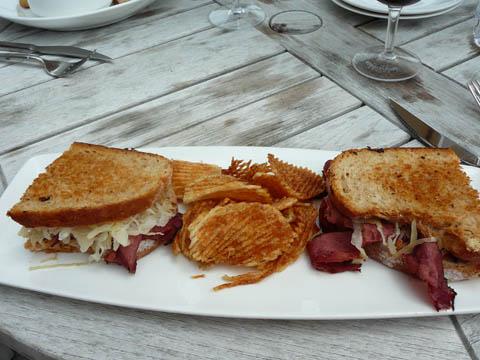 Sandwich au pastrami, choucroute et fromage, accompagné de chips maison