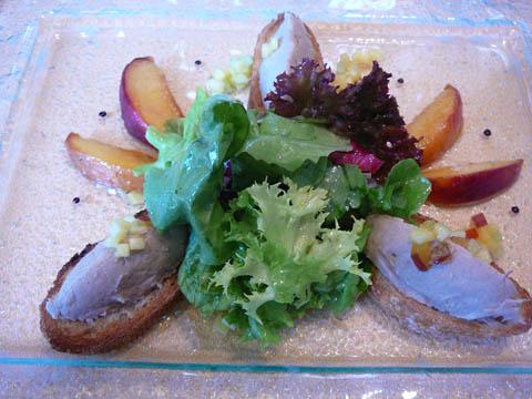 Confit de canard et piment d'Espelette, pêches caramélisées et un pain aux fruits