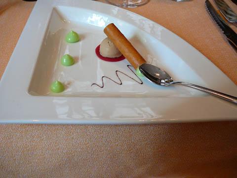 Tube croustillant aux oignons blancs et pomme granny, bille de foie gras et gelée de groseille