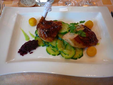 Suprême de poulet jaune au beurre d'herbes, rondelles de courgettes au beurre, compotées d'oignons rouges et billes de carottes jaunes, gratin dauphinois à la crème