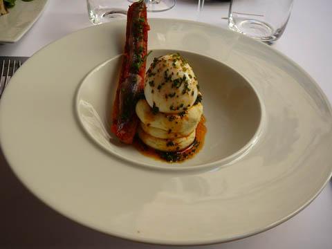 Oeuf mollet à l'huile d'olive, ciboulette, piment d'Espelette, brandade de morue refroidie et grosse mouillette d'anchois