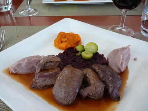 Les escalopes de cerf d'Autriche sautées poivrade et orange, choux rouges confits, mousseline de vitelottes et potiron, choux de Bruxelles
