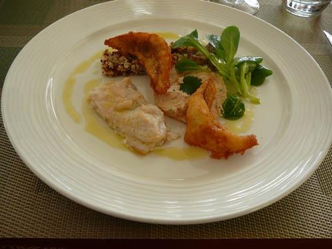 Les gourmandises de la pêche du Léman : crémeux de féra pimprenelle, omble tiède et tempura de perches au niora, vinaigrette de quinoa et noisettes