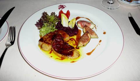 Foie gras de canard poêlé, laqué aux épices, choux rouges et confits de figues