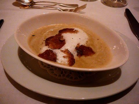 Velouté de topinambours à la truffe noire de la région, ravioli de foie gras