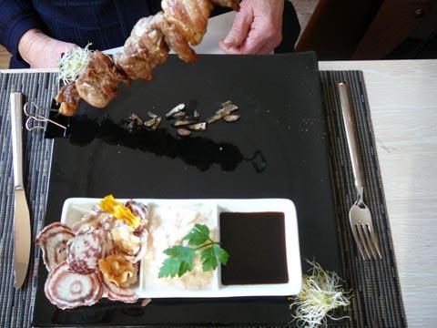 Brochette de pintade fermière au vin jaune et truffe des trois lacs, risotto et chips de légumes racine