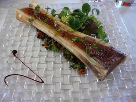 Salade de jeunes pousses et de lentilles, os à moelle gratiné au gros sel
