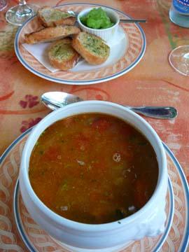 Soupe de poisson façon Riviera italienne, pesto à la rucola, croûtons à l'ail