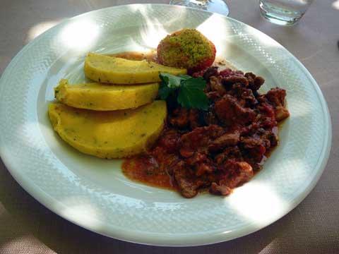 Emincé de veau et tomate provençale, galette de polenta