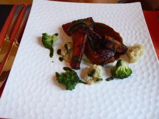 Paupiette de volaille à l'ail des ours, frites de maïs aux amandes, choux et brocolis