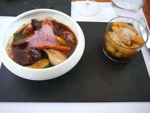 Sauté de boeuf façon d'une daube, polenta aux olives et légumes d'été au sautoir