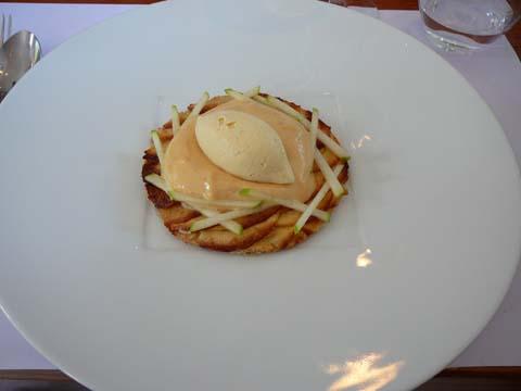 Fine tarte aux pommes, écume de caramel et glace vanille