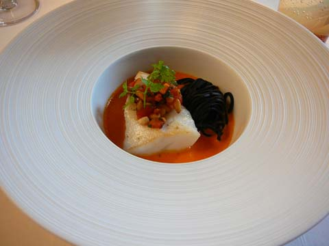 Le filet de Saint-Pierre poêlé aux spaghetti à l'encre, émulsion de pimentos au bouillon de calamar