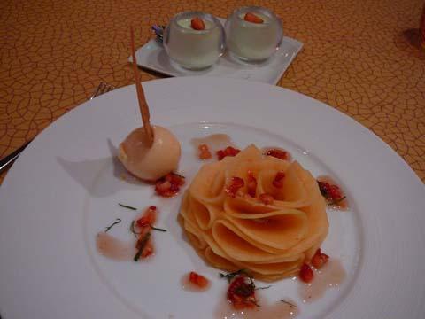 Fleur de melon à l'amaretto, sorbet melon, panacotta à la menthe