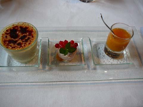 Crème caramélisée à la vanille bourbon crème glacée lavande et petite soupe à l'abricot