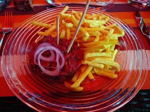 Tartare de boeuf, frites et toasts