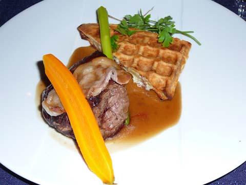 Le filet de bœuf de race Abondance cuit sur le foin en cocotte, gaufre péla et lard d'Arnad