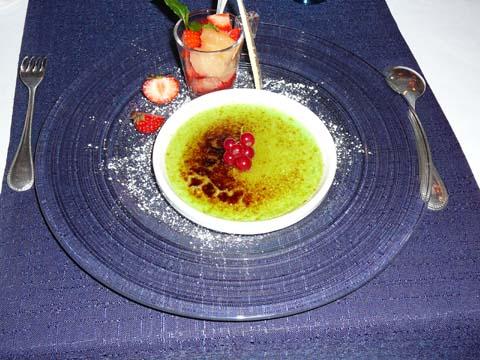 La crème brûlée à la chartreuse verte, fraises et pamplemousse à la bergamote