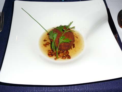 L'escargot de Magland de chez Jean Pomel et la girolle en coque crémeuse, pesto à l'ail des ours du Faucigny et bouillon