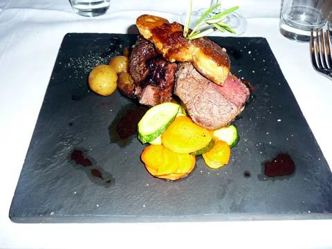 Le rossini : Filet de boeuf Angus à votre goût, Escalope de foie gras poêlée, Sauce à la truffe noire et sa garniture du moment