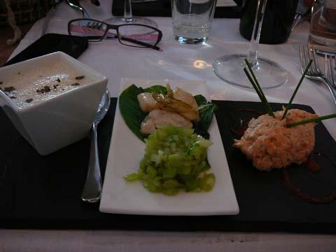 Nage de pétoncles au Blanc de Mer, Joues de lotte au citron vert et pak choï, Rillettes de saumon aux baies roses et aneth