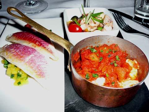 La mer : Filets de rouget à la souskaye de mangue, Gambas provençales, Salade de poulpe méditerranéenne