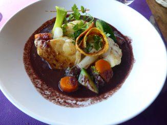 Lotte rôtie, sauce vigneronne et fricassée de légumes d'antan