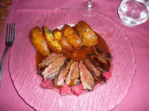Magret de canard aux framboises, frites à la peau à l'ail et au persil