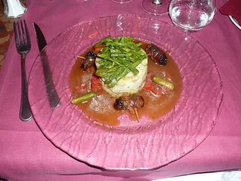 Charlotte de pommes de terre et cornichons aux pointes vertes, pruneaux rôtis au lard croustillant