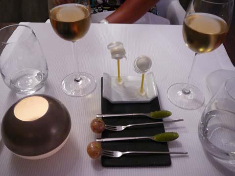 Sucette à l'huile d'olive, noix de macadamia au wasabi, oeufs de poisson volant au wasabi