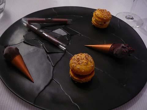 Cornet au chocolat, chocolat à la lavande, mini-macaron comme un hamburger fraise et ananas