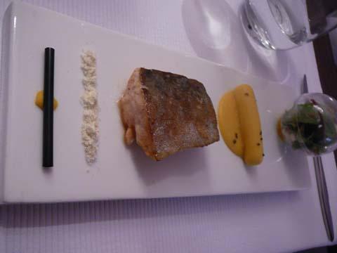 L'omble chevalier, maïs en pop corn et saucisse, jeunes pousses de verdure, ligne de cocaïne de maïs