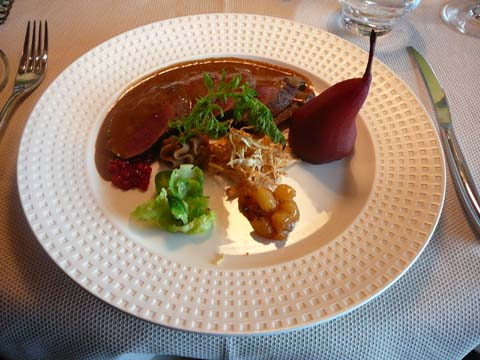 Selle de chevreuil désossée, légèrement poivrée, et ses gourmandises sucré & salé
