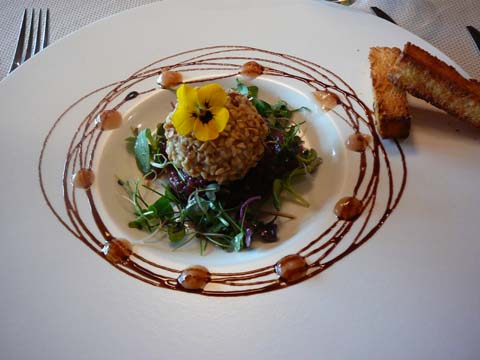 Rillette de perdrix au coeur de foie gras, noisettes torréfiées, confiture d'oignon rouge