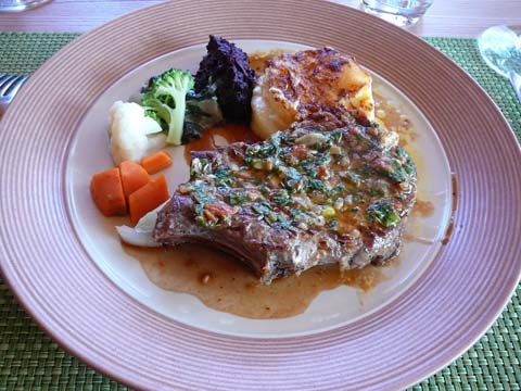 Côte de porc d'alpage aux herbettes, gratin dauphinois, bouquet de légumes