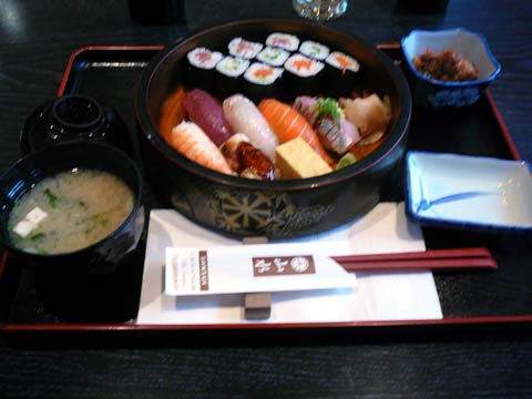 Soupe miso, sushi et thon cuit