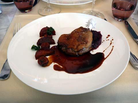 Cuisse de canard confite, chou rouge aux marrons
