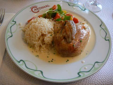 Poularde pochée sauce suprême, riz pilaf, légume du jour