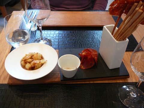 Ravioles de Royans, chorizo pata negra, tuiles à la nigelle (apéro)