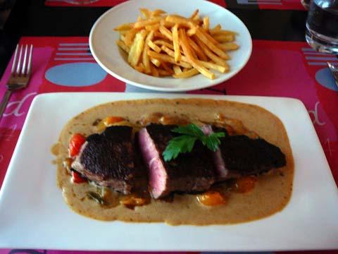 """Entrecôte """"Café de Paris"""", compotée de tomates cerises, frites"""