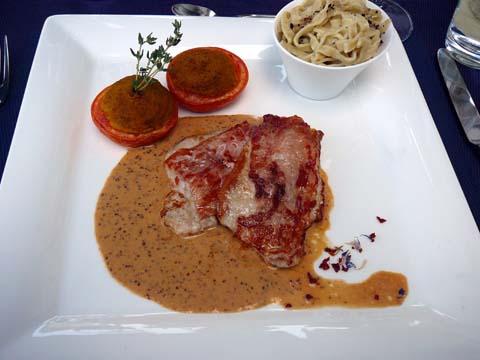 Saltimbocca poêlé, sauce moutarde, tagliatelle maison, tomate farcie à la crème de légumes