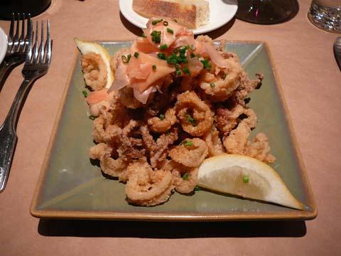 Celadon: calamars légèrement frits glacés au piment chipotle et gingembre mariné